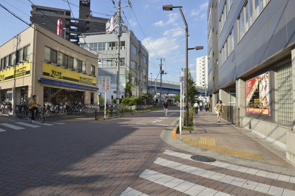 黄色い自転車屋さんを右折し交差点へ向かいます。